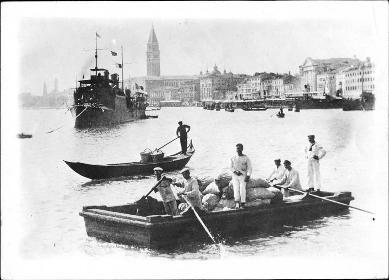 Guerre européenne. Préparation de la marine italienne à Venise. Marins transportant vivres, munitions et matériel à bord des cuirassés en rade
