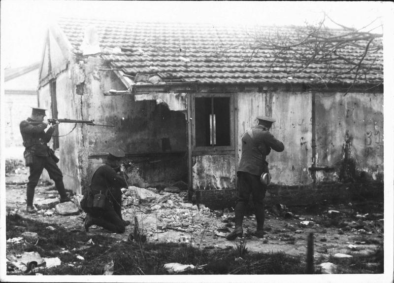 Sur le front. Dans le Nord français, aux environs de Neuve-Chapelle, fantassins anglais cernant une chaumière où se sont réfugiés des soldats allemands surpris pendant une reconnaissance