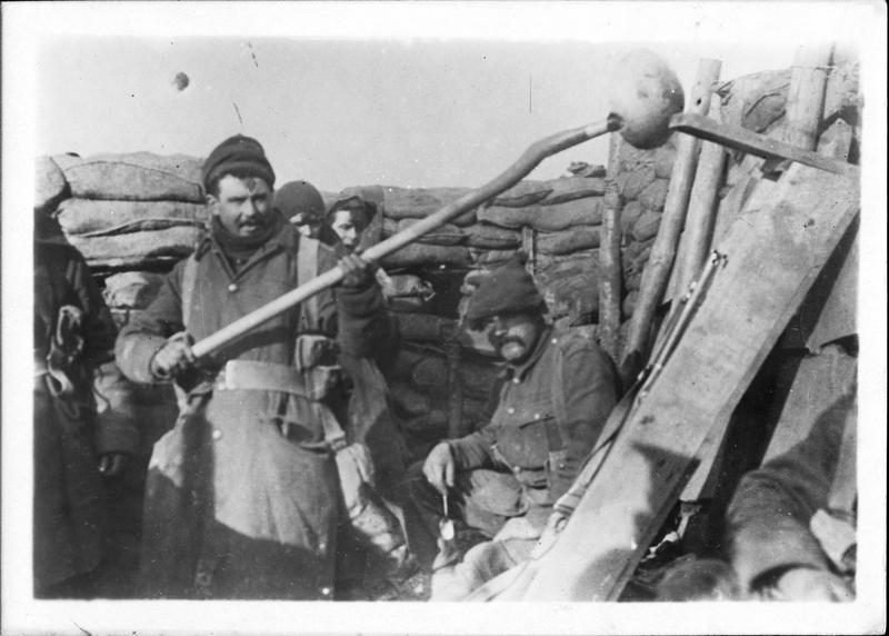 Sur le front. Dans les lignes anglaises, soldats anglais puisant l'eau de leurs tranchées, à l'aide d'une cuillère qu'ils ont imaginée