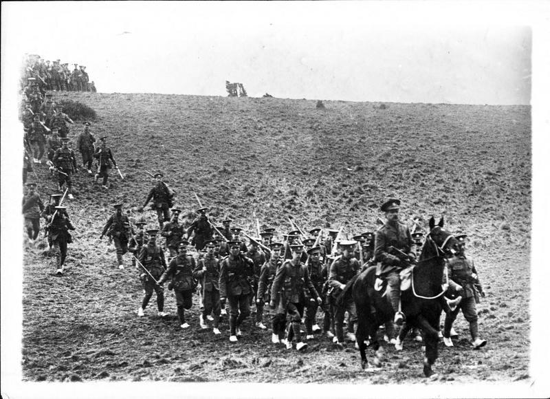 Sur le front. Sur le front anglais, un régiment allant prendre position