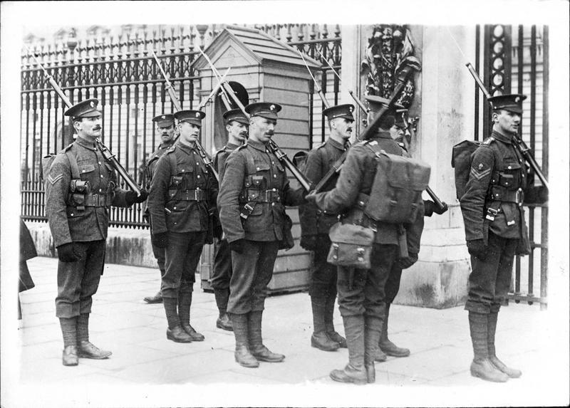 En Angleterre. La relève des Welsh Guards au palais de Buckingham. Ce nouveau bataillon constitué récemment (1915) est chargé de la surveillance des principaux sites