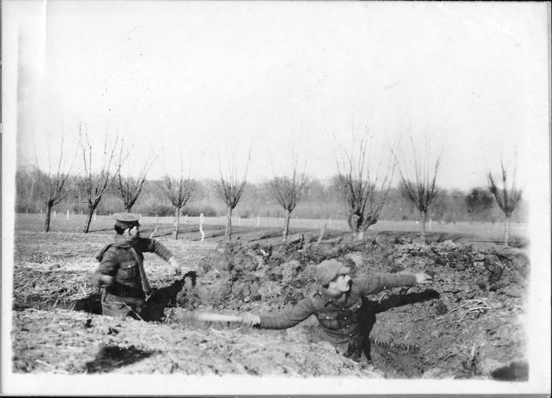 Sur le front. Dans les tranchées anglaises. Soldats anglais lançant des grenades dans les tranchées allemandes, situées à peu de distance des leurs