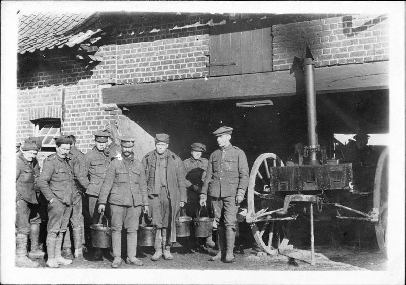 Sur le front. Sur le front anglais, les cuisiniers préparant les repas chauds pour les hommes des tranchées