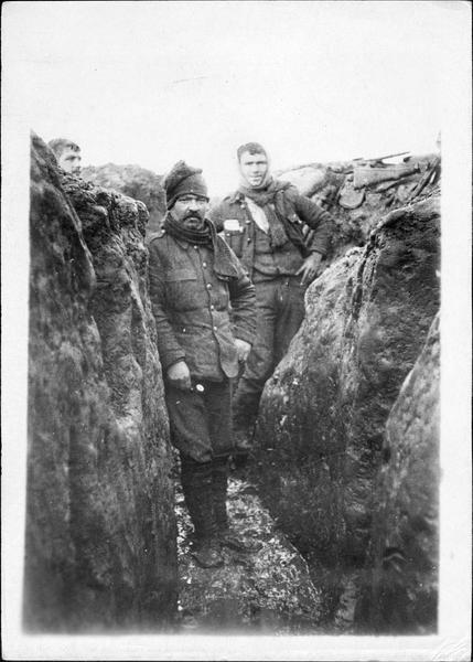 Sur le front. Les soldats anglais sont venus remplacer les français et ont pris place dans leurs tranchées