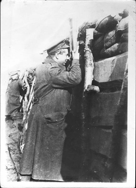 Sur le front. Dans le Nord français, fantassins anglais utilisant le périscope des tranchées pour surveiller l'ennemi