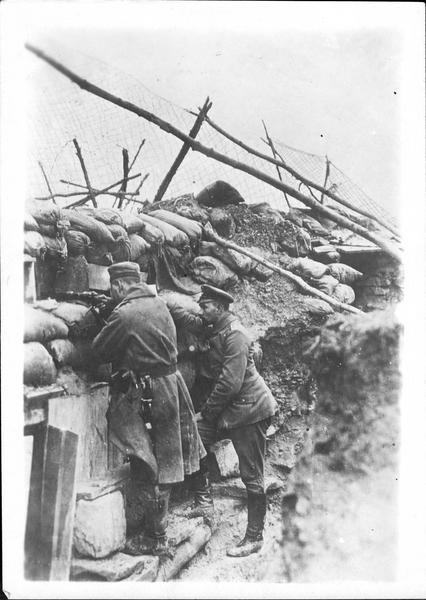 Sur le front. Sur le front allemand, tranchée allemande surmontée d'un rideau de grillage pour arrêter les grenades, les empêchant ainsi de tomber dans leurs abris