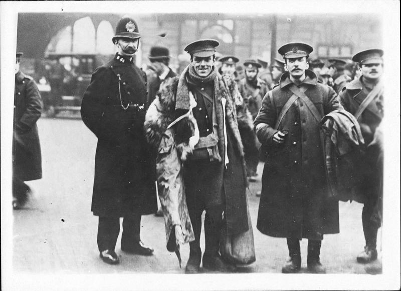 Guerre européenne. A la gare de Charing Cross à Londres, joyeusement les soldats anglais embarquent pour la France