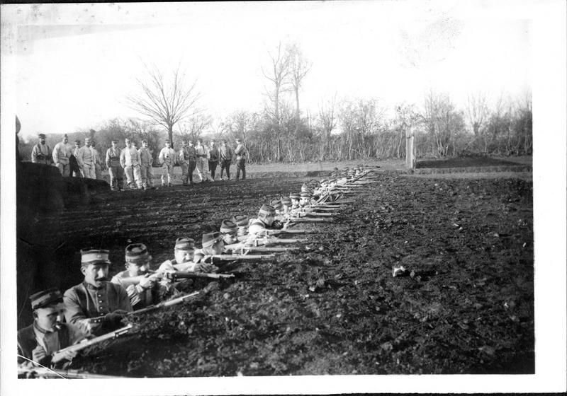 Guerre européenne. L'éducation de la classe 1916. Manoeuvres sur la guerre des tranchées. Les chasseurs à cheval devenus fantassins font le coup de feu dans les tranchées
