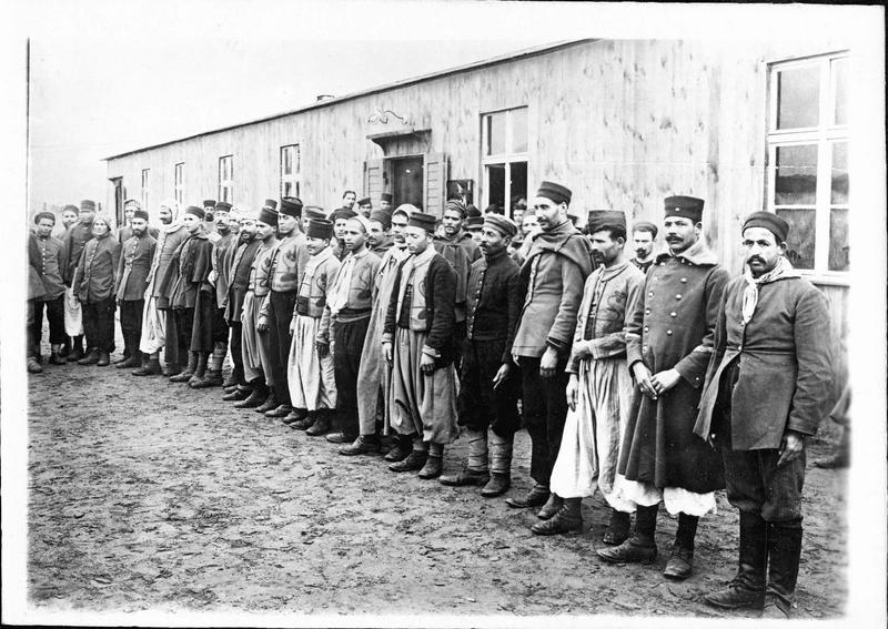Guerre européenne. Groupe de prisonniers français internés au camp de Zossen (photo prise devant devant leur baraque pendant l'appel)