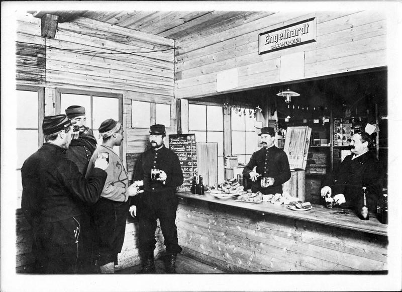 Guerre européenne. Au camp de Zossen. La cantine où les prisonniers peuvent acheter quelques aliments pour améliorer l'ordinaire