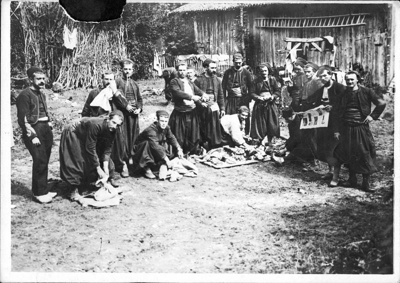 Sur le front. Dans la région de Roye. Au cantonnement, les zouaves préparant le repas