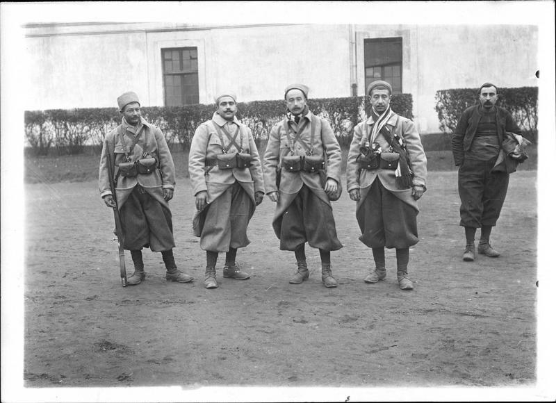 Sur le front. Zouaves habillés avec la nouvelle tenue kaki