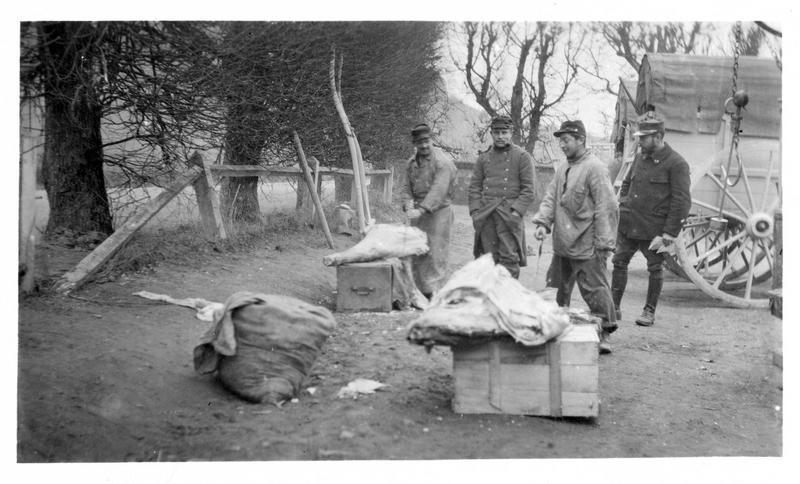 Sur le front. Une boucherie sur le front. Soldats bouchers découpant les rations des hommes des tranchées
