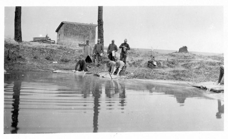 Sur le front. Les territoriaux lavent leur linge dans une petite rivière située à proximité de leur cantonnement