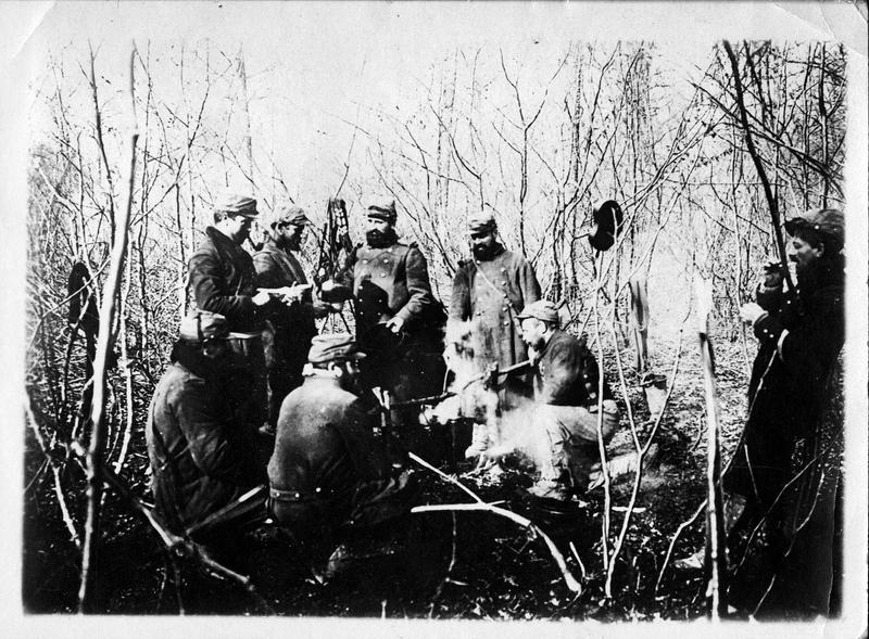 Sur le front. Sur les pentes de l'Hartmannswillerkopf (HWK ou Vieil Armand) dans les bois. L'heure de la soupe