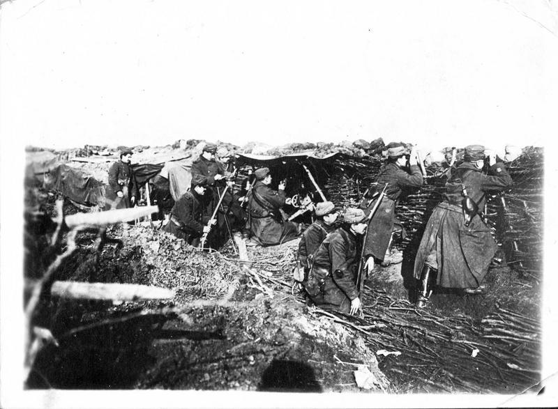 Sur le front. En Alsace, aux environs de Thann, tranchée défendue par une section de mitrailleurs