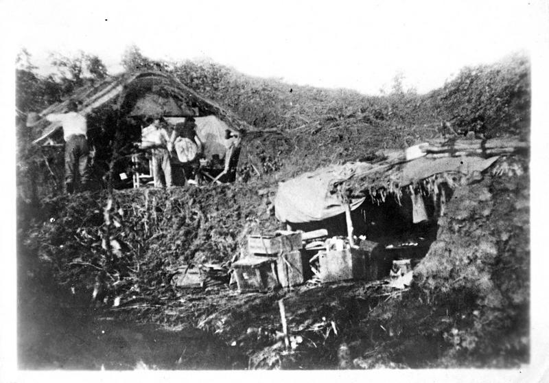 L'action japonaise contre les Allemands. Devant Tsin-Tao, abris des soldats japonais