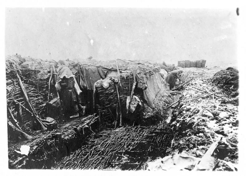 Sur le front. Dans le secteur d'Arras; une tranchée envahie par l'eau, remise en état à l'aide de gabions (paniers cylindriques) et de fascines (fagots de branchages)