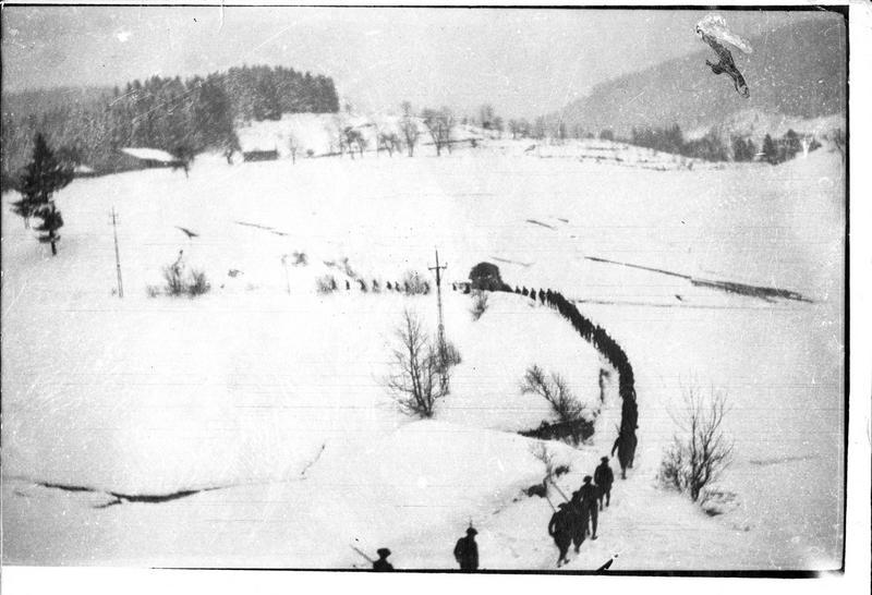Sur le front. Colonne de chasseurs alpins se dirigeant vers les tranchées dans les Vosges