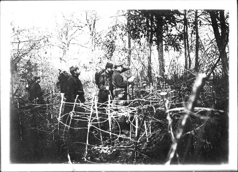 Sur le front. A Bois-le-Prêtre, soldats en sentinelle derrière les fils de fer barbelés à quelques vingtaines de mètres de la tranchée