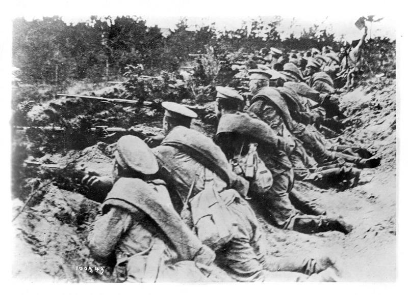 Guerre européenne. L'infanterie russe abritée dans ses tranchées