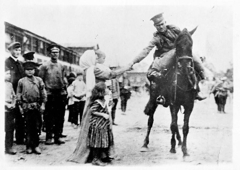 Sur le front. Cavalier russe en reconnaissance venant saluer sa famille à son passage dans le village
