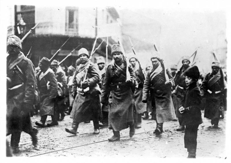 Sur le front. Sur le front oriental, détachement de fantassins russes traversant Varsovie pour se rendre au front
