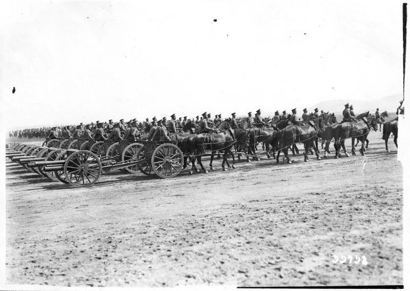 Guerre européenne. Départ d'un régiment d'artillerie russe (pièces de campagne)