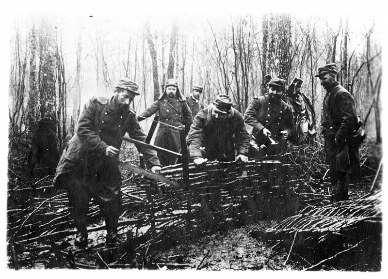Sur le front. Dans la forêt d'Argonne, des fantassins construisent des claies pour consolider les tranchées