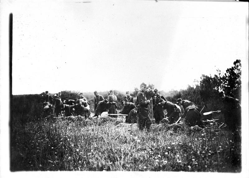 Guerre européenne. Fantassins construisant une tranchée aux environs de Saint-Hubert en Argonne