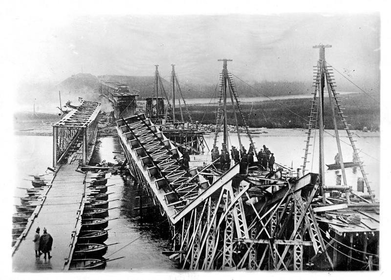 Sur le front. Sur le front oriental. Les pontonniers allemands réparant un pont de la ligne de chemin de fer en direction de Lodz