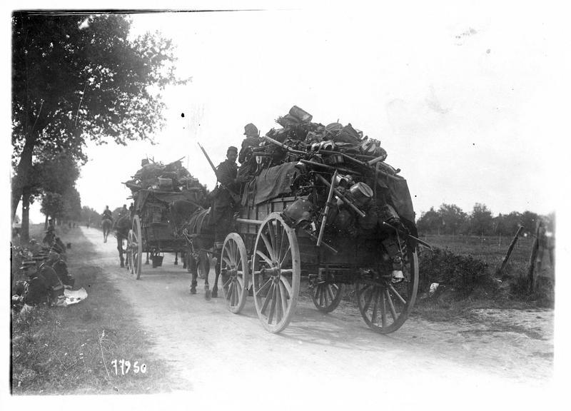 Sur le front. Transport de matériel ramassé sur le champ de bataille après un combat
