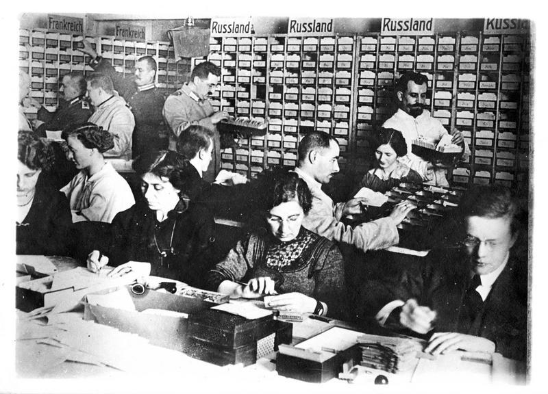 Guerre 1914-1915. L'autorité militaire, devant le nombre considérable de prisonniers allemands en Russie, en France et en Angleterre, a été obligée d'établir un classement par fiche et par pays