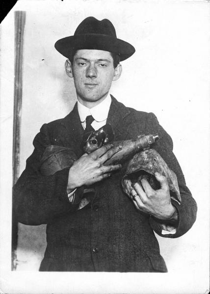 Guerre européenne. Bombardement de la côte anglaise par les Zeppelins. Les débris de bombes retrouvés parmi les décombres à King's Lynn