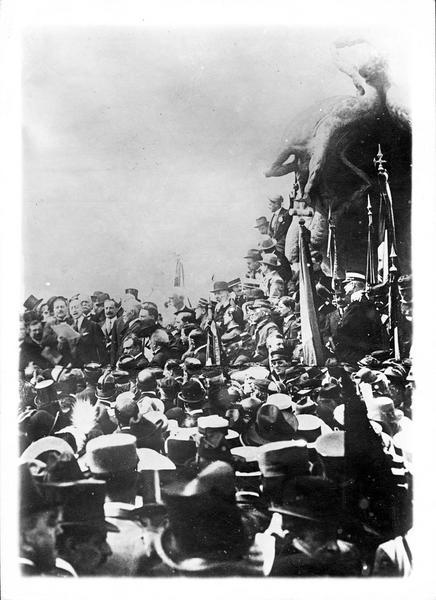 Guerre européenne. Inauguration du monument Quarto dei Mille. Le célèbre poète Gabriele D'Annunzio prononçant son discours au pied du monument