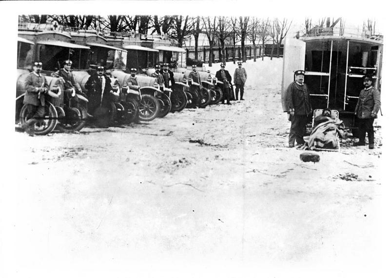 Guerre européenne. A l'arrière des lignes allemandes, un convoi sanitaire d'ambulances automobiles