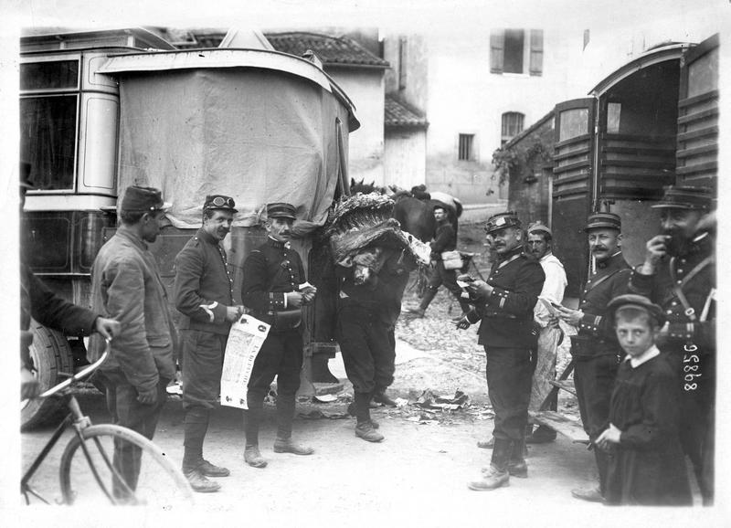 Sur le front. Transport de viande de boucherie avec le concours des autobus parisiens. Le déchargement dans un village où est établi un dépôt de ravitaillement