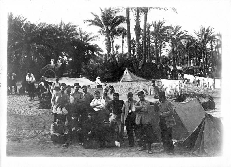 Dans les Dardanelles. Le corps expéditionnaire français débarque à Alexandrie. Un coin du camp français à Siouf près d'Alexandrie