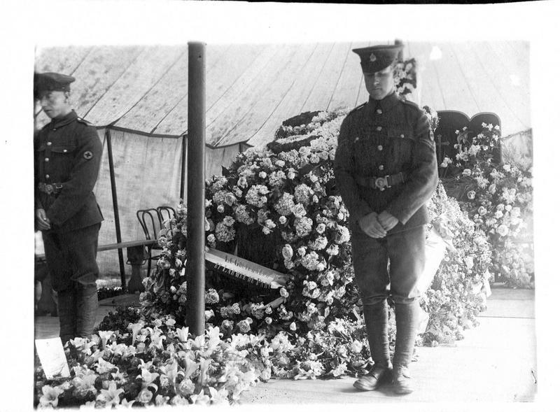 A l'hôpital anglais de Versailles. La chapelle ardente de l'aviateur Reginald Alexander John Warneford. Le corps du héros couvert de fleurs, et, au premier plan, la couronne du général Galliéni et de l'armée de Paris