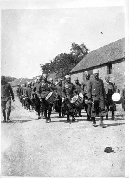 Sur le front. Aux environs d'Arras, la nouba des tirailleurs se rendant aux tranchées de première ligne
