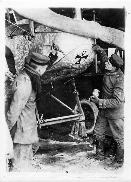 Chez les Huns modernes. De retour d'une brillante expédition sur une ville ouverte, où il a permis de lancer des bombes sur femmes et enfants, un aéroplane est décoré de la Croix de fer