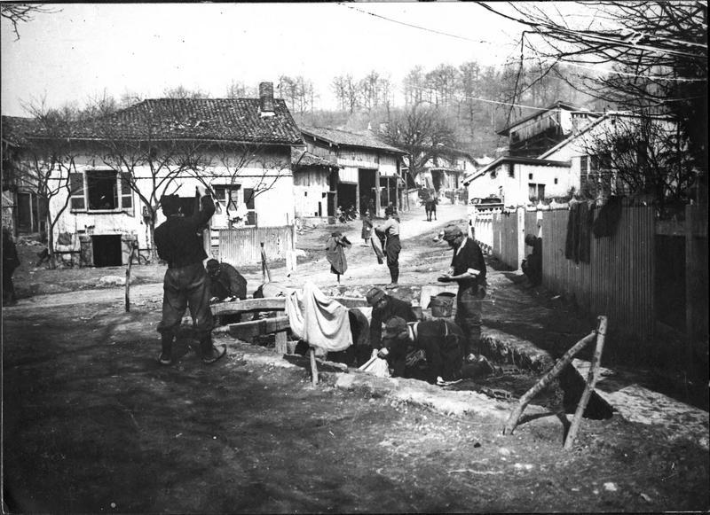 En Argonne, près d'Apremont, les poilus lavent leur linge au lavoir public au milieu du village