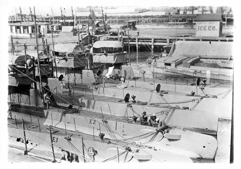 L'armement de la marine américaine. Sous-marins à l'ancre dans l'Hudson à New York