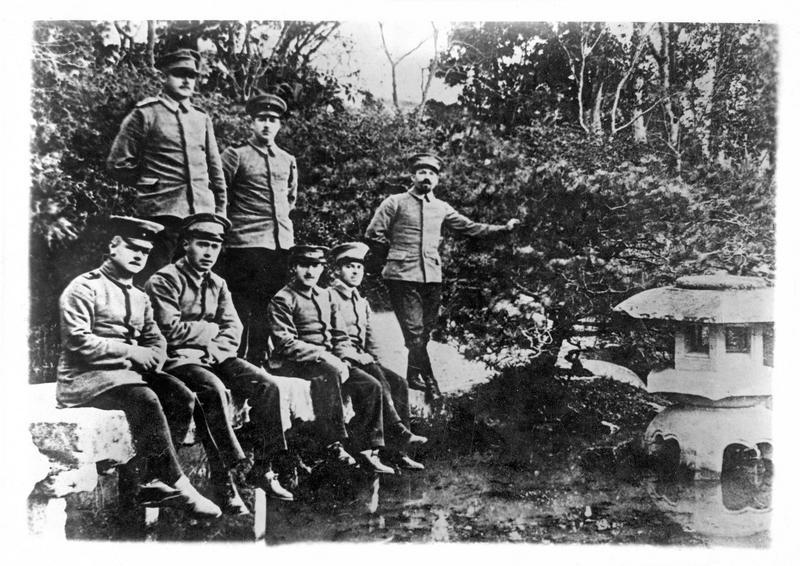 Au Japon, prisonniers allemands capturés à Tsin-Tao et internés à Tokyo se promenant dans le jardin mis à leur disposition