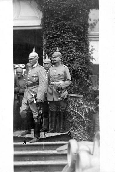 Le général de cavalerie bavaroise Von Gebsattel (x), commandant en chef d'un corps d'armée, qui vient de recevoir l'Ordre du Mérite, au mois d'octobre 1916