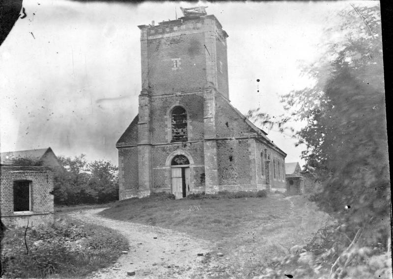 L'église, qui jusqu'à présent avait peu souffert des bombardements