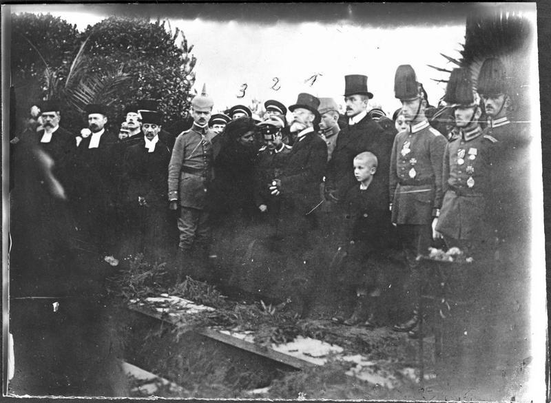 Funérailles de Oswald Boelcke, pilote allemand. Son père (1), son frère (2), et sa soeur (3)