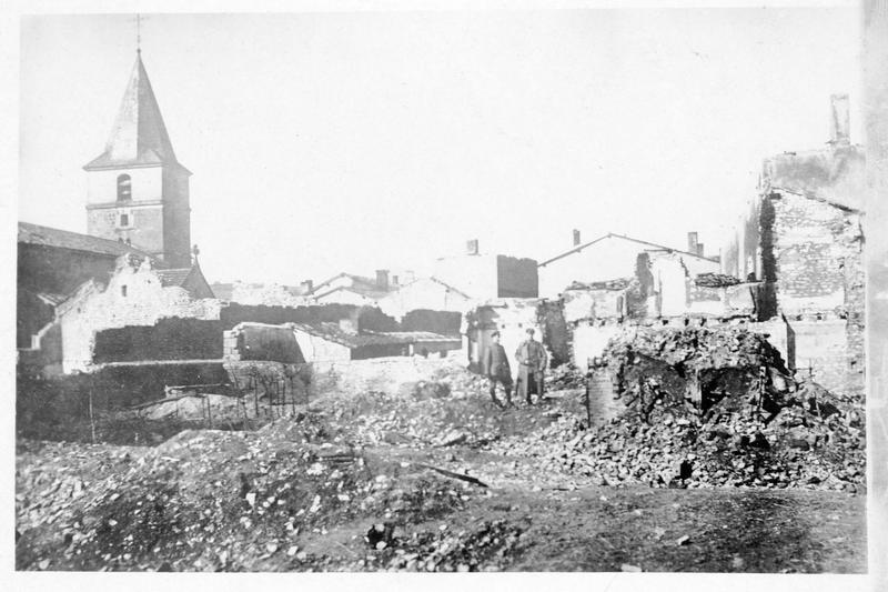 Deux soldats debout au milieu des ruines