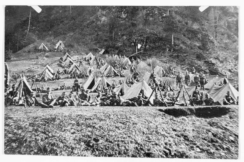 Près d'Arsiero, un campement de tentes d'alpins austro-hongrois