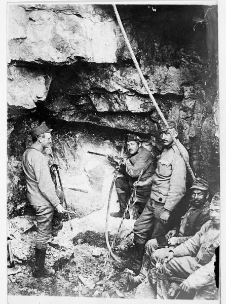 Des pionniers austro-hongrois au travail : percement de la roche